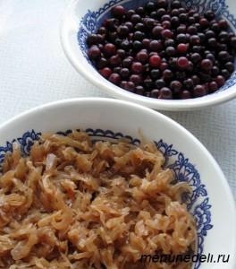 Тушеная капуста и вымытые ягоды смородины в тарелках