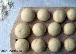 Сформированные шарики из теста на доске