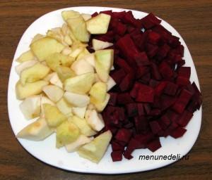 Нарезанная мелкими кубиками свекла и крупными кубиками яблоко