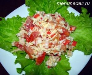 Салат с крабовыми палочками и помидорами перед подачей на обед или ужин