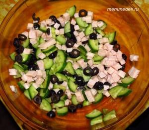 Смешать порезанные ветчину огурец маслины для греческого салат по белорусски