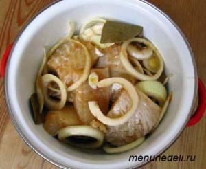 Рыба в маринаде из лука соевого соуса соли и перца