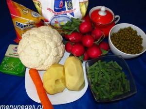 Продукты для овощного супа с редиской