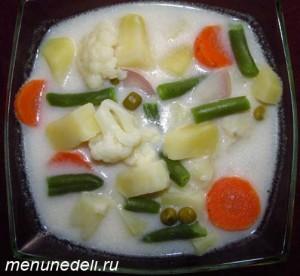 Овощной суп с редиской цветной капустой и горошком