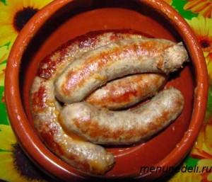 Обжаренная колбаса для мачанки уложенная в горшочек
