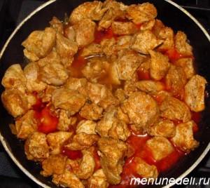 Куриное филе нарезанное кусочками добавляется к паприке и луку