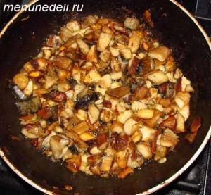 Нарезанные грибы жарятся на масле до золотистого цвета