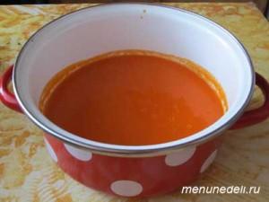 Измельченные в блендере помидоры с солью и сахаром