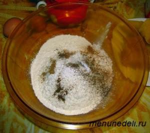 Смешиваем муку соль специи и разрыхлитель