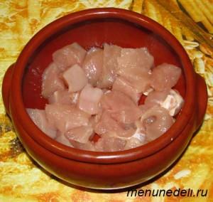 Порезанное кубиками мясо в горшочке с растительным маслом