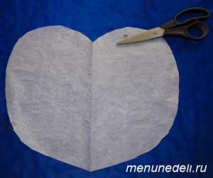 Бумажное сердце вырезанное в бумаге для запекания курицы