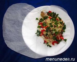 Курица с овощами зеленью и сыром выложенная на половину сердца из бумаги