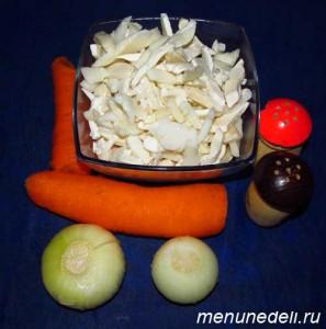 Продукты для тушеных кальмаров с луком и морковью