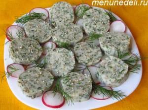 Готовые кусочки колбасы из сулугуни и зелени после разморозки