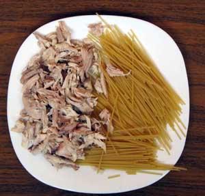 Куриное мясо разделенное на волокна и вермишель для куриного супа