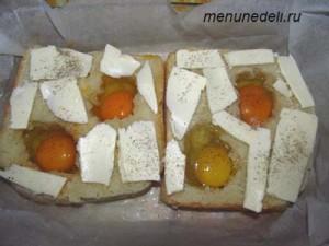 Хлеб с сырым яйцом внутри и ломтиками сливочного масла сверху