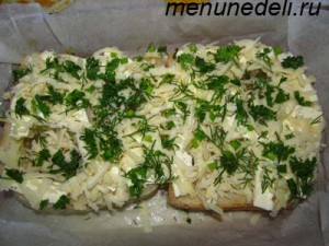 Хлеб с яйцом посыпанный тертым сыром и зеленью