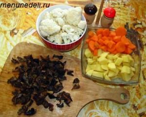 Измельченные сушеные грибы порезанный кубиками картофель и морковь разобранная на соцветия цветная капуста