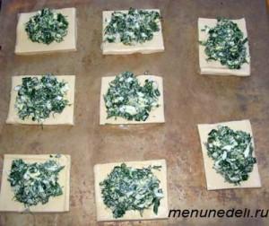 Начинка помещается на порезанное квадратиками слоеное тесто
