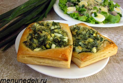 Ленивые пирожки из свежей зелени и слоеного теста
