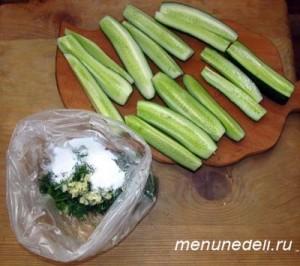 Порезанные на четыре части огурцы и пакет с солью и зеленью