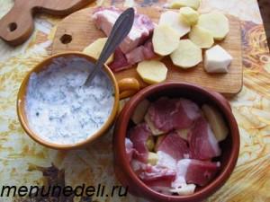 Куски картофеля перекладываются тонкими ломтиками свинины