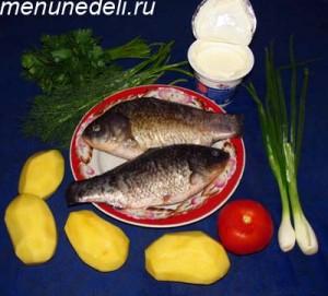 Продукты для приготовления карасей в сметане с картофелем и зеленью