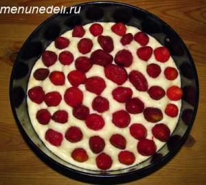 Слегка утопленные в подошедшем тесте ягоды