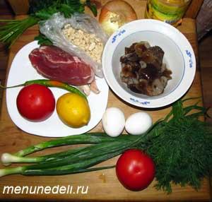 Продукты для теплого мясного салата с орехами и грибами