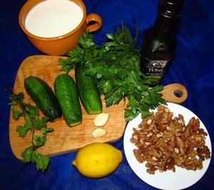 Продукты для кефирного супа с огурцами грецкими орехами и зеленью