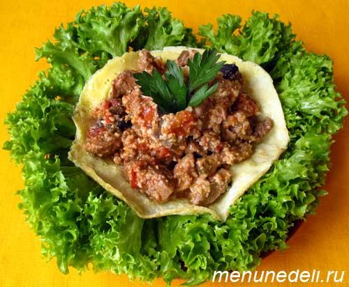 Теплый мясной салат с орехами и грибами