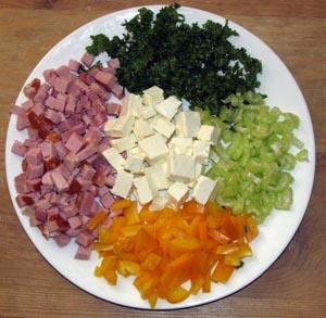 Порезанные кубиками ветчина сыр, измельченные болгарский перец сельдерей зелень