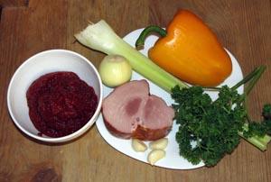 Продукты для томатного супа с ветчиной сельдереем и болгарским перцем