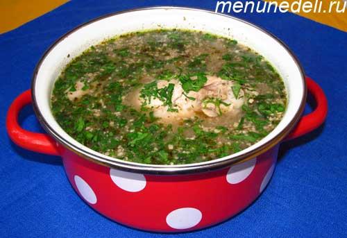 Суп харчо из курицы с зеленью в кастрюле