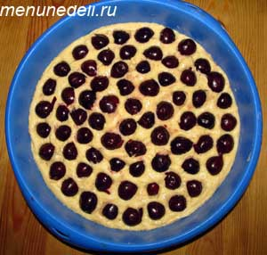 Каждая ягода  слегка вдавливается в тесто.