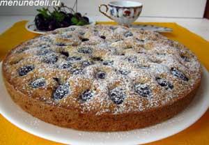 готовый тарт с черешней посыпанный сахарной пудрой