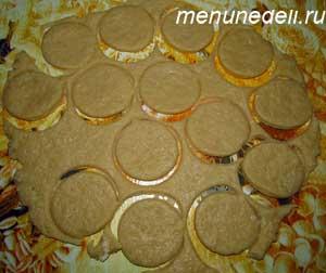 Из раскатанного тесто стаканом вырезаются круги