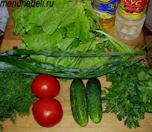 Ингредиенты для салата из салата помидоров огурцов и зелени