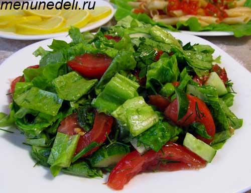 Салат из салата огурцов помидоров  с растительным маслом перед подачекй