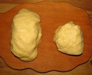Тесто для пирога с черешней разделенное на две неравные части