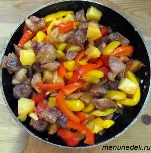 Готовое мясо с ананасом болгарским перцем и имбирем