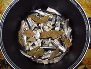 Очищенная килька без внутренностей в кастрюле с толстым дном