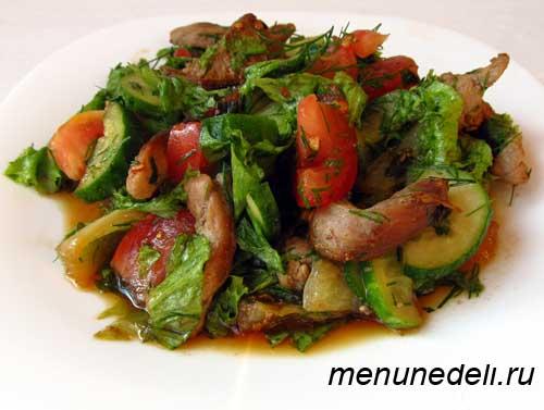 Сытный салат с мясом овощами помидорами огурцами и перцем