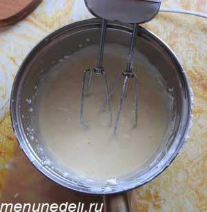 Яйца сахар и крем сыр взбиваются вместе