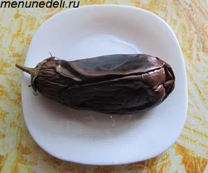 Запеченный на сковородке баклажан с кожурой и плодоножкой