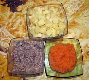 Порезанный кубиками картофель измельченный лук и морковь