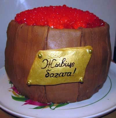 Икру из желатина выкладываем верхним слоем на торт Бочка с икрой