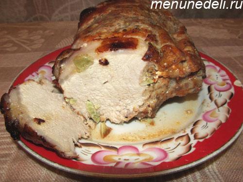 Мясо приготовленное в духовке куском и нашпигованное чесноком в разрезе