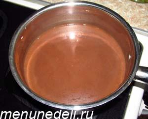 Шоколад растопленный в молоке и кофе для приготовления торта Бочка с икрой