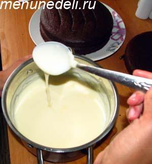 Растворяем пудинг в молоке для приготовления торта Бочка с икрой